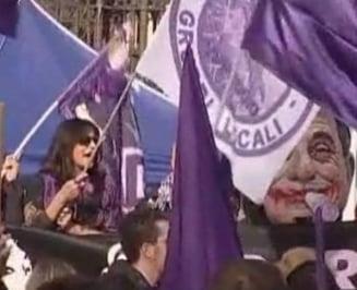 """Protest in fata vilei lui Berlusconi: """"Poporul mov"""" ii cere demisia"""