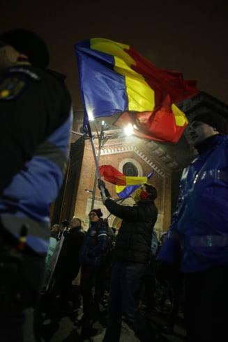 Protest in timpul dezbaterii pe ordonante la Ministerul Justitiei: Simulacru de consultare la care participa Becali si Ciuvica
