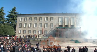 Protest inecat in gaze in Albania: Manifestantii au fortat intrarea in Guvern (Foto & Video)