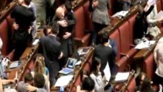 Protest inedit in Parlamentul Italiei - saruturi si imbratisari in plen (Video)