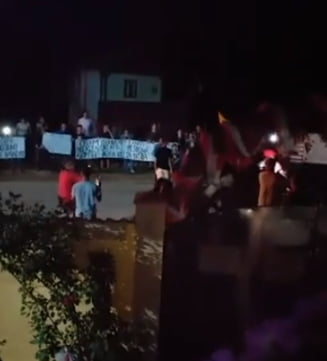 Protest la Baia de Arama: Oamenii spun ca fetita sa ramana cu fosta asistenta maternala (Video)