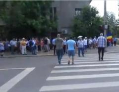 """Protest la Cotroceni pentru libertatea lui Dragnea. 40 de """"patrioti adevarati"""" ameninta #Rezist: Va curatam pe toti! (Video)"""