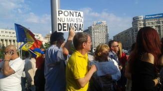 """Protest la Guvern: Sute de oameni au cerut demisia premierului - """"Ponta, te doresc la beciul domnesc!"""" (Galerie Foto)"""