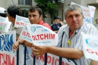 Protest la Oltchim R. Valcea - angajatii cer din nou demisia liderului sindical