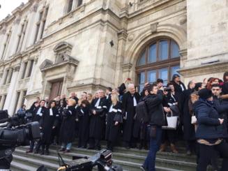 Protest la Palatul de Justitie: Avocatii ii cer lui Toader sa le coreleze onorariile cu salariile magistratilor