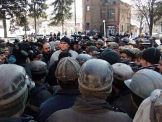 Protest la Petrosani: Aproape 3.000 de mineri marsaluiesc pe strazi