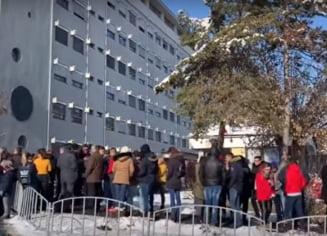 Protest la Spitalul Judetean Valcea dupa ce un copil a intrat in coma; oamenii au cerut demisia medicilor de la Pediatrie (Video)