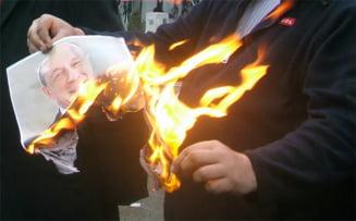 Protest la Timisoara - revolutionarii au ars poze cu Basescu