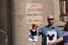 """Protest la adresa lui """"Mickey Mouse"""" Ponta la Berlin: Impecabilule, plagiaza-l pe Gaburici! (Galerie foto)"""