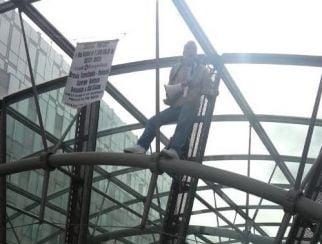 Protest la fereastra Parlamentului European - un roman, arestat