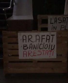 Protest la sediul ISU Bucuresti-Ilfov: Se cere arestarea lui Nicolae Banicioiu si a lui Raed Arafat (Video)