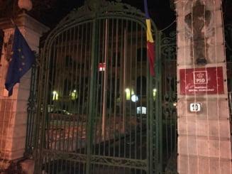 """Protest la sediul PSD in timp ce se decide motiunea de cenzura: """"Grindeanu sa reziste, Dragnea sa insiste"""" (Video)"""