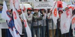 Protest la usa Olgutei Vasilescu. Ce vor angajatii din Sanatate si cat de departe sunt de salariile ca in Occident