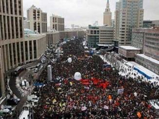 Protest masiv la Sankt Petersburg: Mii de oameni ii cer lui Putin alegeri corecte