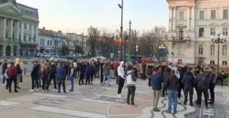 Protest spontan la Arad, in fata Palatului Administrativ. Oamenii sunt nemultumiti de noile restrictii impuse de autoritati