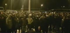 Protest spontan la Dacia: Sute de angajati refuza sa inceapa lucrul si acuza conducerea de coruptie