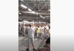 Protest spontan la uzina Dacia. Câteva sute de muncitori au întrerupt lucrul timp de două ore VIDEO
