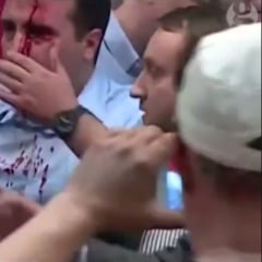 Protestatarii au invadat Parlamentul macedonean: L-au batut crunt pe liderul opozitiei de stanga (Video)