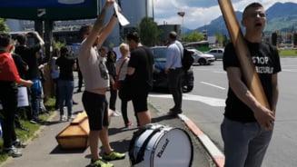 Protestatarii care l-au intampinat cu un sicriu pe Tariceanu la Brasov au fost amendati