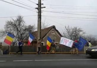 Protestatarii care vin pe jos din Cluj la Bucuresti au parcurs peste 100 de km. Au fost impresionati de cum au fost intampinati pe traseu