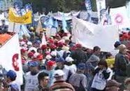 """Protestatarii din Piata Victoriei ii canta lui Boc """"Dansul pinguinului"""" (Video)"""