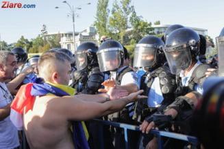 Protestatarii s-au refugiat de gazele lacrimogene cu care jandarmii i-au alungat