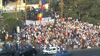 Protestatarii sarbatoresc suspendarea lui Basescu: Hora in Piata Universitatii (Video)