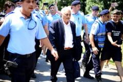 Protestatarul care l-a bruscat pe Bacalbasa, dus la politie. Parlamentarul PSD spune ca a fost victima terorismului