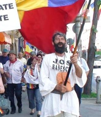 Protestatarul cu steag s-a saturat: Este cazul sa-i dam afara pe uselisti!