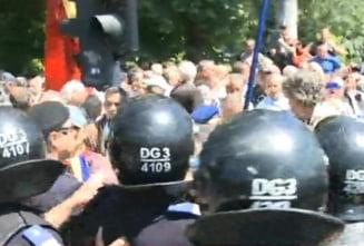 Proteste cu imbranceli in fata Guvernului: Revolutionarii au blocat un bulevard (Video)
