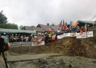 Proteste cu scandal la Rosia Montana: Remus Cernea, scapat de jandarmi de furia oamenilor