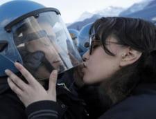 Proteste in Italia: Studenta care a sarutat vizorul unui politist, reclamata pentru agresiune sexuala