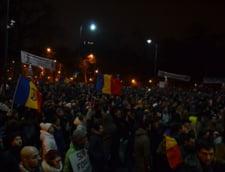 Proteste in tara - Zeci de mii de oameni, in strada. S-a fortat intrarea in sediul PSD si s-au ars afise cu Ponta