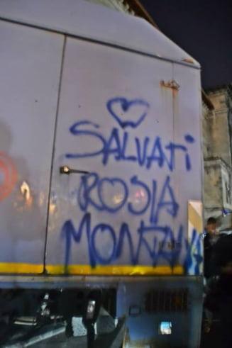Proteste pentru Rosia Montana: inimioare si floricele pe duba jandarmeriei