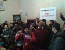 """Proteste pentru Rosia Montana, la Avocatul Poporului: """"Ceausescu n-a murit. Este Ponta travestit!"""""""
