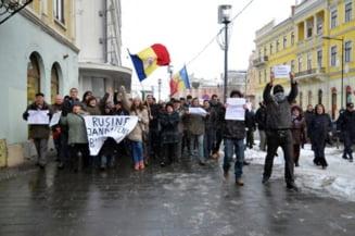 """Proteste si la Cluj: Boc si sotia sa au scandat """"Jos Ponta, jos, ca esti un mincinos"""""""