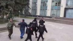 Proteste violente la Chisinau: Usa Guvernului a fost sparta cu un buzdugan