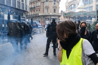 """Proteste violente la Paris, la implinirea unui an de la debutul miscarii """"vestele galbene"""""""