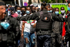 Proteste violente si la Paris: Politia a tras cu lacrimogene, manifestantii au ridicat baricade si au starnit incendii (Galerie foto & Video)
