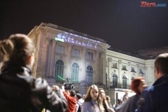 Protestul cu proiectii #rezist, intrerupt de jandarmi: Barbatul retinut vineri, luat la intrebari si azi (Galerie Foto)