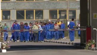 Protestul de la Oltchim continua - 300 de angajati cer salariile restante