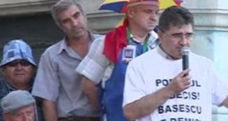 Protestul lui Ghise continua la Cotroceni - alti zeci de oameni cer demisia lui Basescu