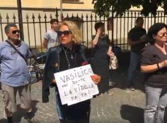 """Protestul record din fata PSD Sibiu continua neintrerupt de minivacanta: """"Vasilico, hai, du-te la Videle! Pa, pa!"""""""