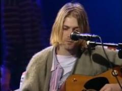 Puloverul in care toata lumea si-l aminteste pe Kurt Cobain, vandut pentru o suma uriasa