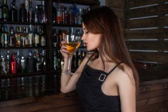 Putem sau nu sa consumam alcool inaintea vaccinului anti-COVID. Cat influenteaza un pahar de vin sau o bere