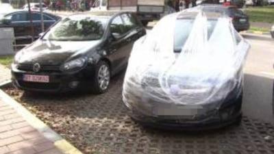 Răzbunare inedită: Un șofer care și-a lasat mașina în fața unui hotel s-a trezit cu ea înfășurată în folie de plastic. Ce mesaj a primit proprietarul