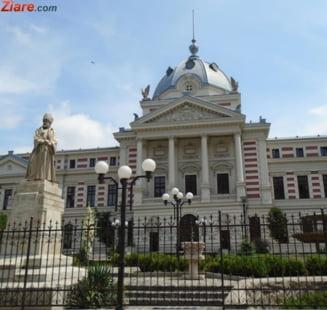 REPORTAJ Circuitul infectarii la poarta spitalului Coltea din Bucuresti: paznic fara masca, vizitatori si viitori pacienti, ingramaditi la intrare