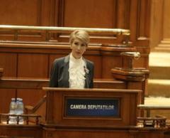 Raluca Turcan critica USR: Nu ma vad niciodata strigand la portavoce la tribuna Parlamentului