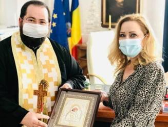 """Reactia Elenei Lasconi, acuzata de practici medievale dupa ce a mediatizat sfintirea biroului din primarie: """"Eu imi asum ce scriu"""""""