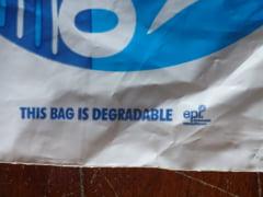 Realitatea nu prea roz a pungii biodegradabile: Ce se intampla daca o tii trei ani in apa sau in pamant?